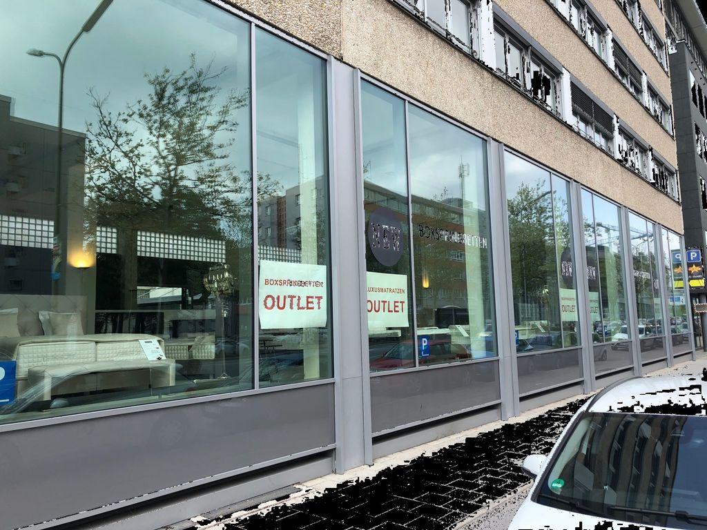 sechs riesengro e schaufenster in der landsbergerstrasse. Black Bedroom Furniture Sets. Home Design Ideas