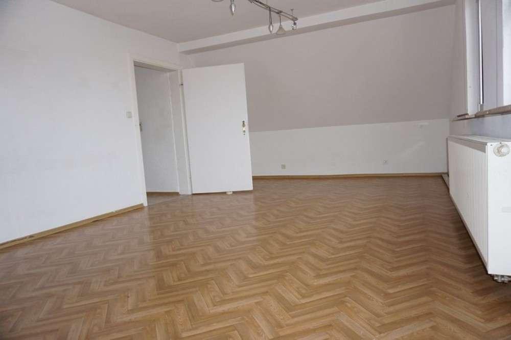 ARNOLD-IMMOBILIEN: Großzügige Dachgeschosswohnung für den Single in