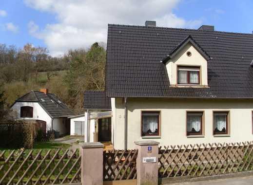 Teilmodernisierte und vollunterkellerte Doppelhaushälfteauf schönem Grundstück.