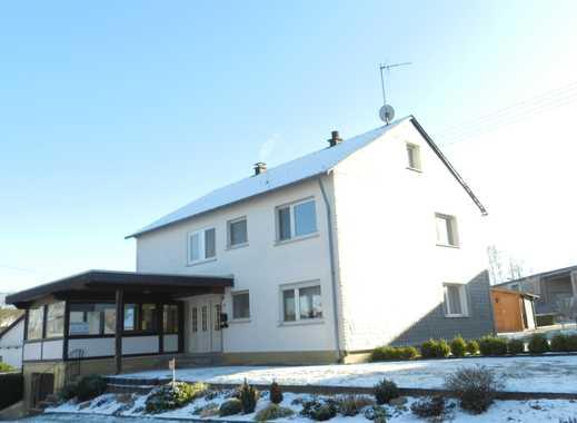 Horbruch: Gepfl. Zweifamilienhaus in Ortsrandlage mit Garten, Gartenhaus, Schuppen/Garagen