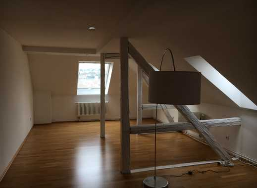 Schöne individuelle drei Zimmer Dachgeschosswohnung mit Balken