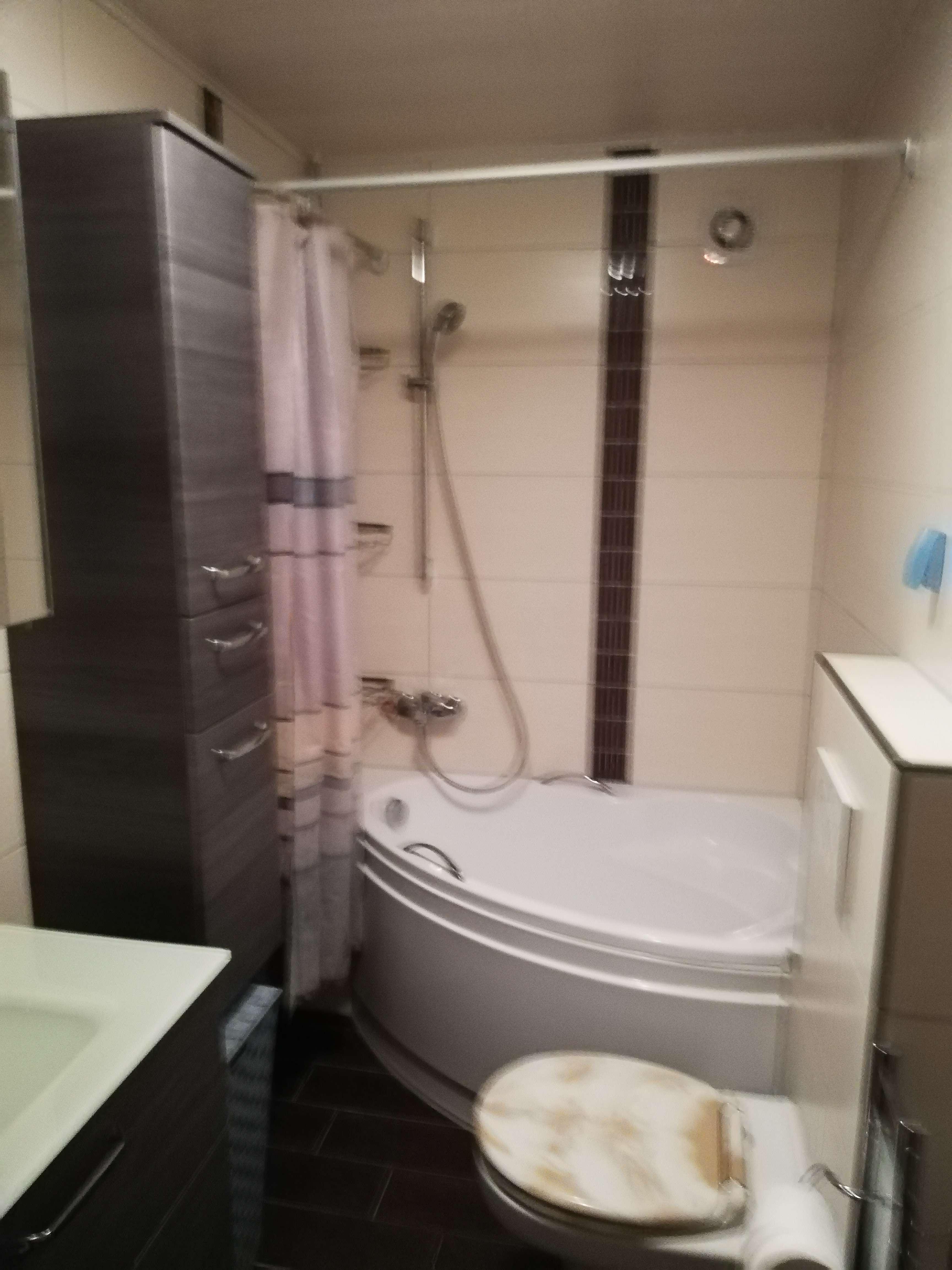 Vollständig renovierte 2-Zimmer-Wohnung mit Balkon und Einbauküche in Neuburg