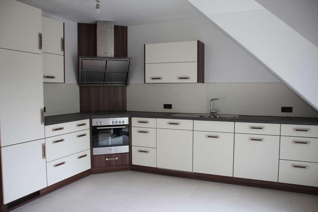 Neuwertige 2,5-Raum-DG-Wohnung mit Schreiner-Einbauküche in