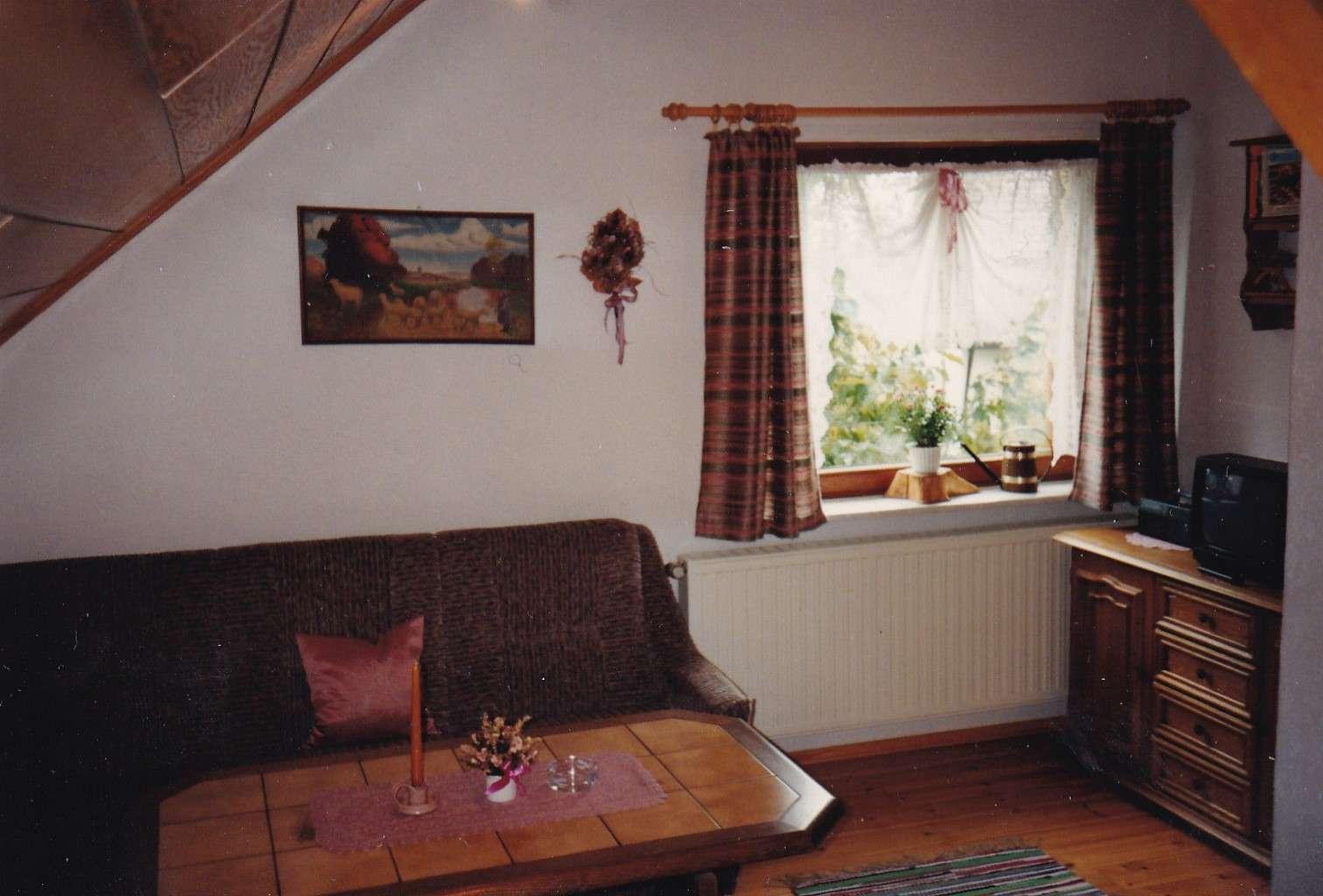Gepflegte 1,5-Zimmer-DG-Wohnung mit Balkon und EBK in Mitterteich in
