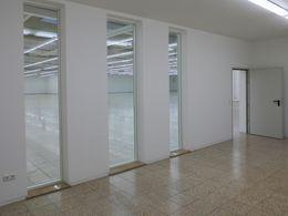 Büro mit bodentiefen Fenstern