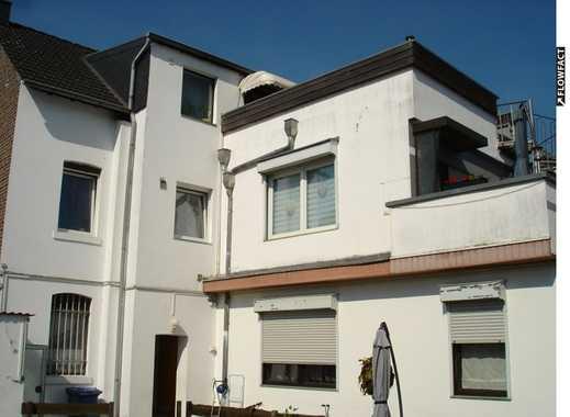 Gepflegtes Ein- bis Drei-Familienhaus mit 250m² Wohnfläche und schöner Terrasse in guter Lage!