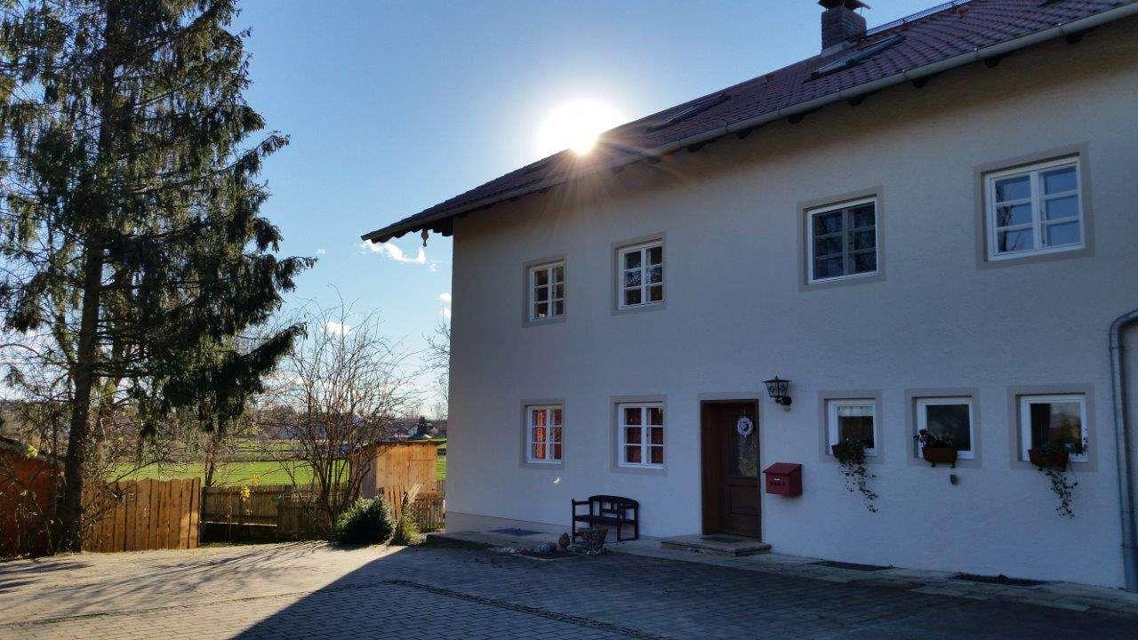 großzügige Wohnung in einem Bauernhaus mit Terrasse und Balkon in Markt Schwaben in