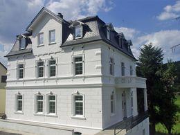Weiße Villa am Fluss
