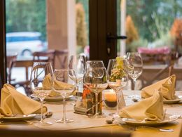 restaurant-table-wine-glasses-