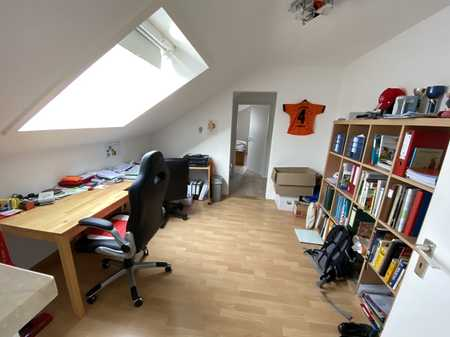 Sanierte Dachgeschosswohnung mit vier Zimmern und Einbauküche in Bayreuth in Kreuz/Hetzennest/Herzoghöhe (Bayreuth)