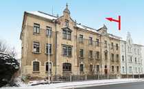 Zwei sanierungsbedürftige Mehrfamilienhäuser mit großem