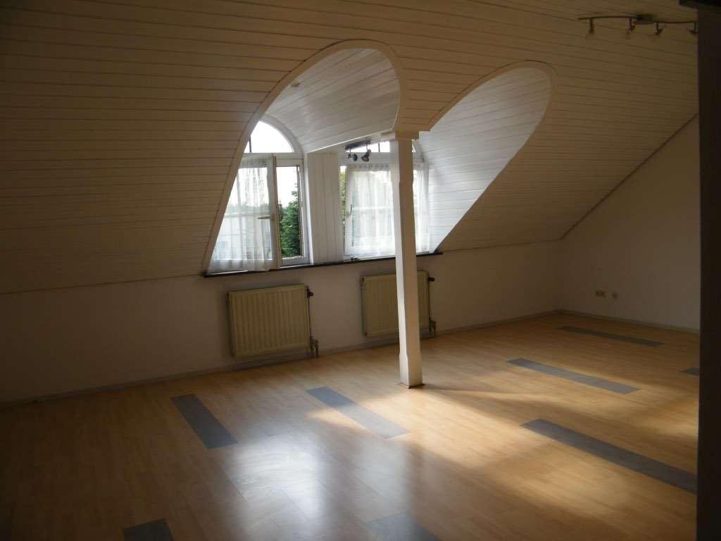 Stilvolle, gepflegte 1,5-Zimmer-Dachgeschosswohnung mit EBK in Würzburg-Lengfeld in