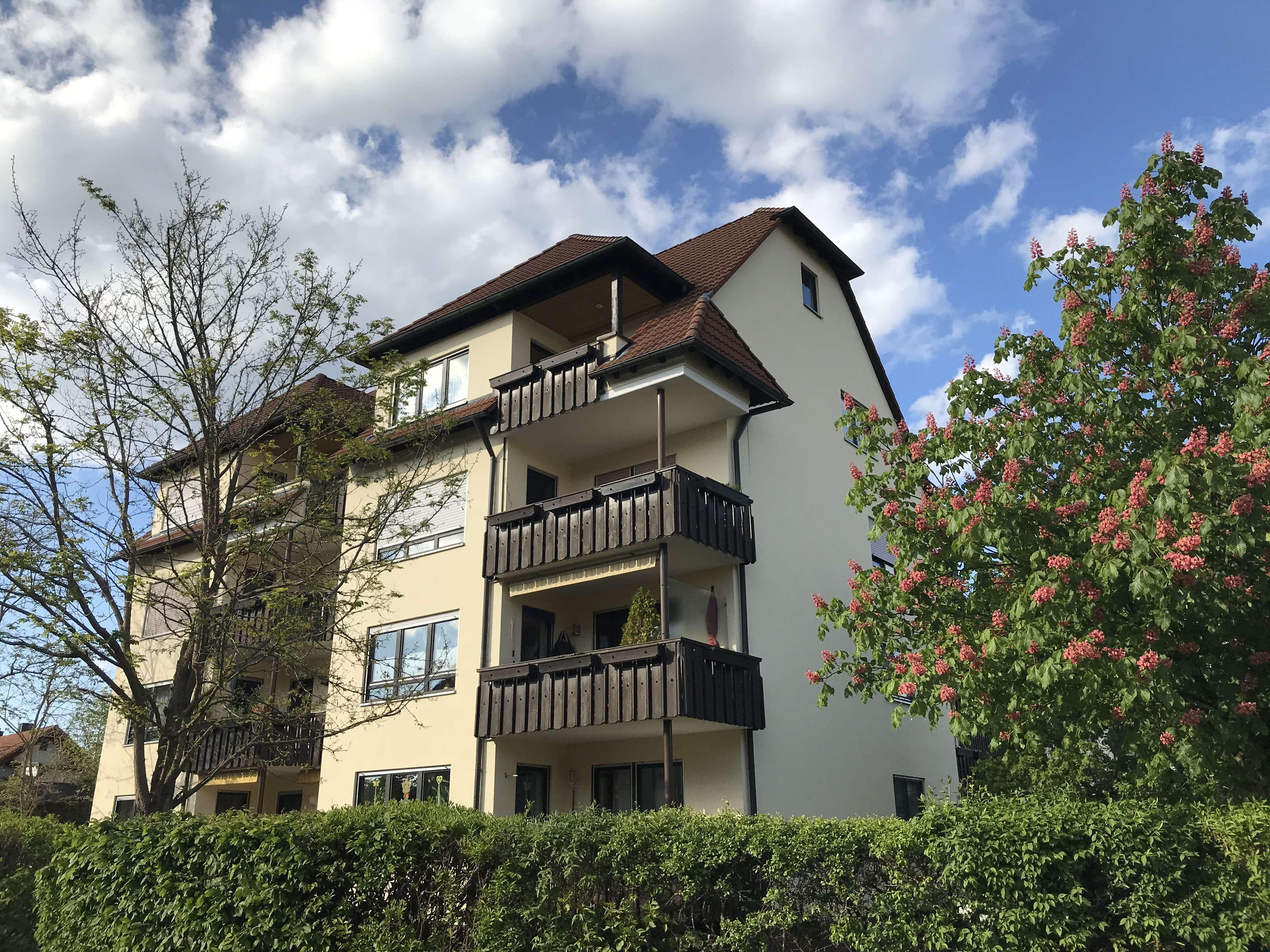 Modernisierte Wohnung mit drei Zimmern sowie Balkon und Einbauküche in Roth in