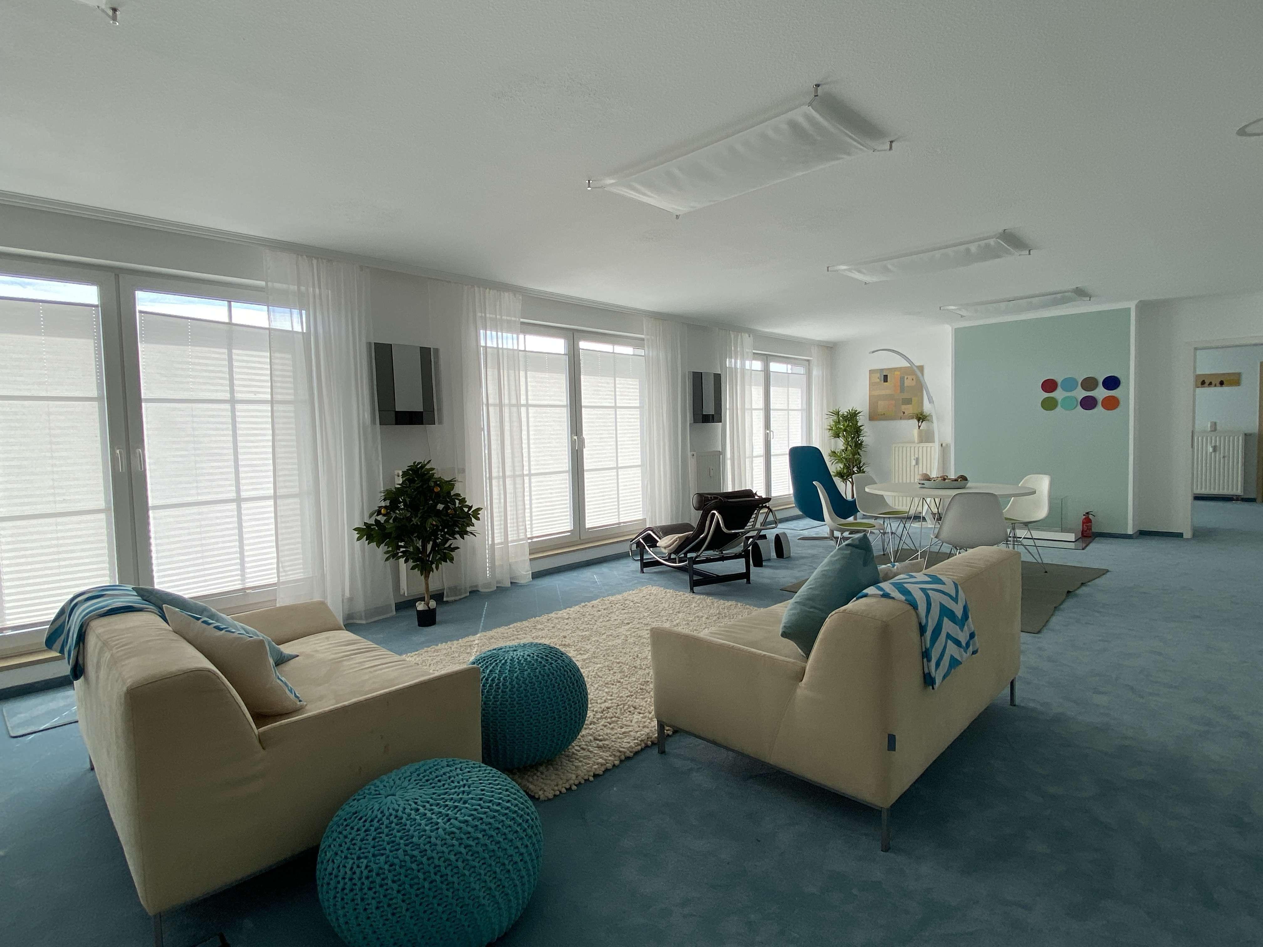 Wohlfühloase mit Seeblick: Schick möblierte, großzügige (Ferien-)Wohnung mit Terrasse in