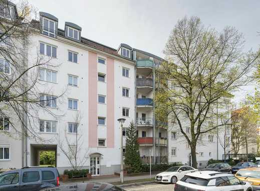Umfassend modernisierte Wohnung mit Einbauküche, Balkon und Parkettboden.