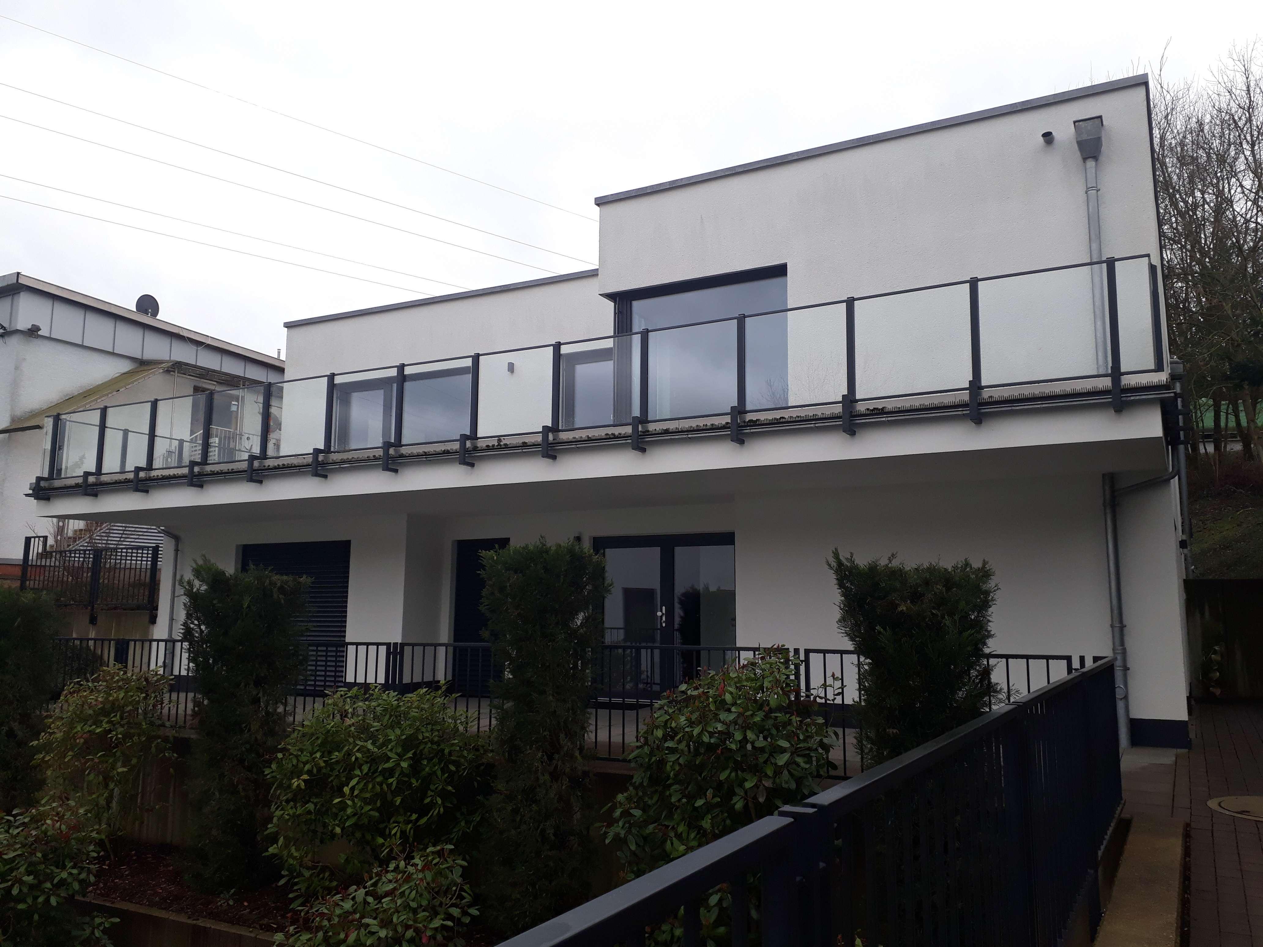 Gepflegte Penthouse-Wohnung mit drei Zimmern sowie großer Terrasse in Aschaffenburg-Damm in