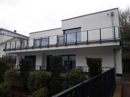 Gepflegte Penthouse-Wohnung mit drei Zimmern sowie großer Terrasse in Aschaffenburg-Damm in Damm (Aschaffenburg)
