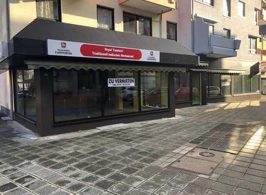 Bar/Restaurant mit großer Glasfront und Terrasse