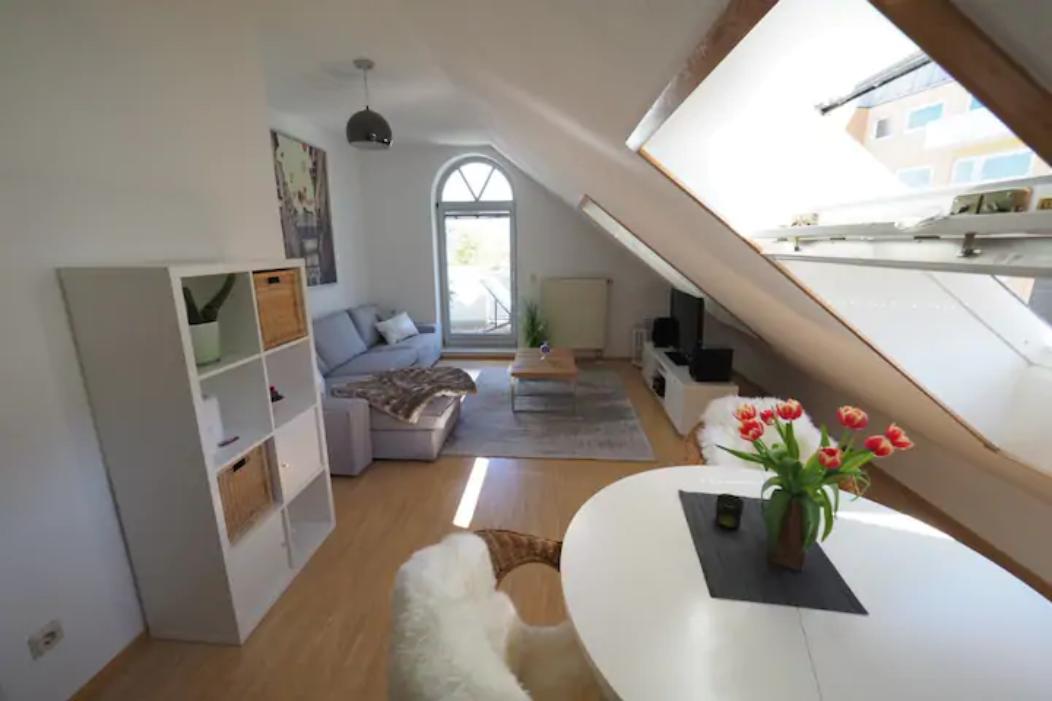Stilvolle, gepflegte 2-Zimmer/ Küche /Bad  DG-Wohnung mit Balkon in Augsburg/ Pferrsee in