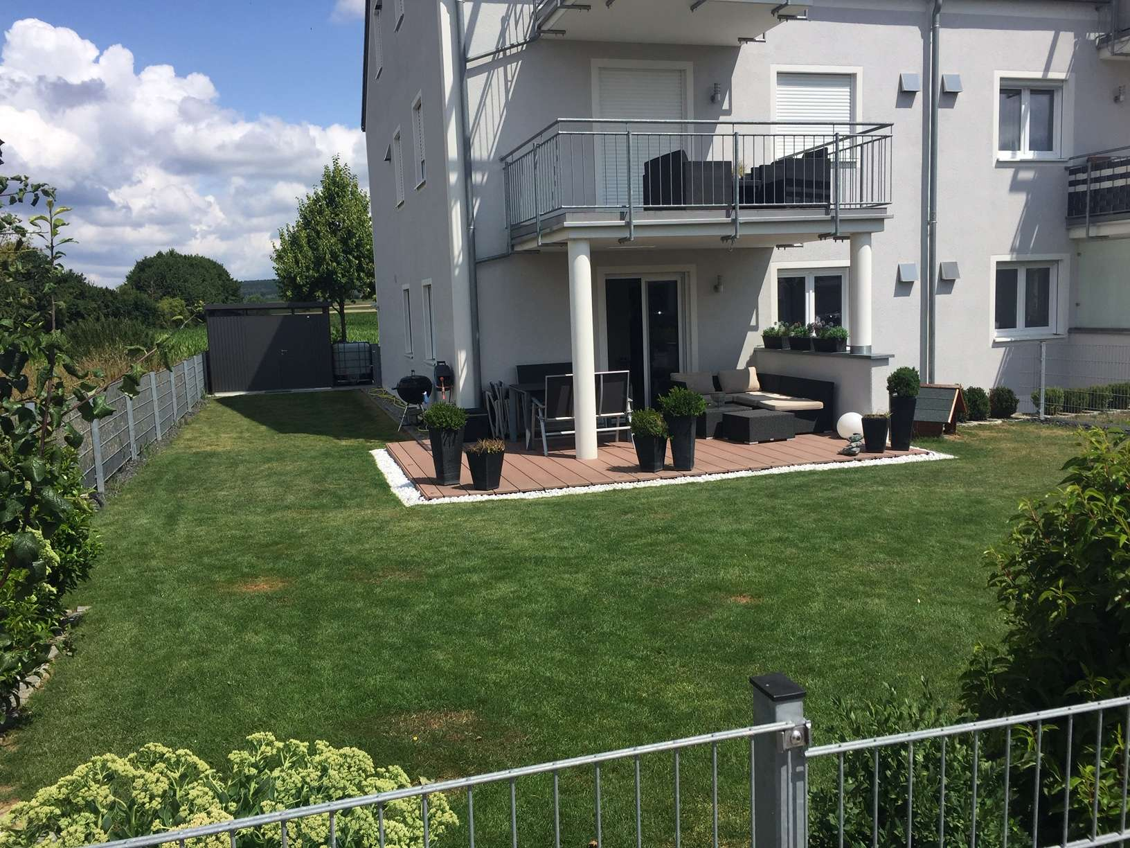 Erdgeschoss Maisonettewohnung mit großer Terrasse, Garten und vielen Extras