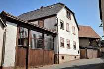 Sanierungsbedürftiges Einfamilienhaus mit 2 Scheunen
