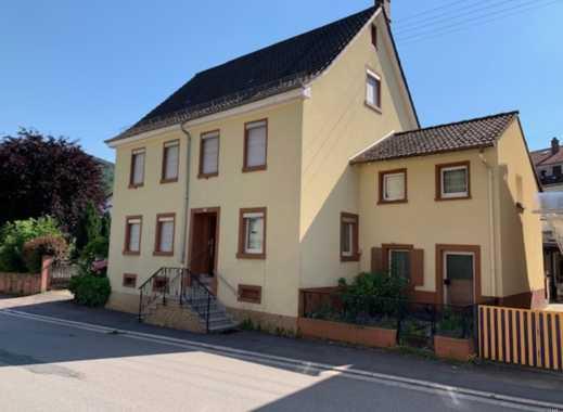 Freistehendes Zweifamilienhaus mit großer Terrasse und kleinem Gartenbereich