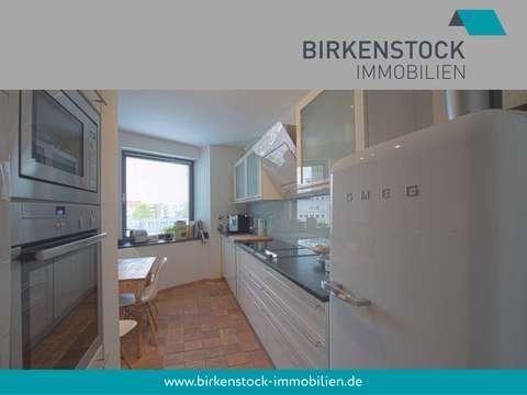 Stylische Etagenwohnung mit Parkett, Einbauküche und Balkon ...