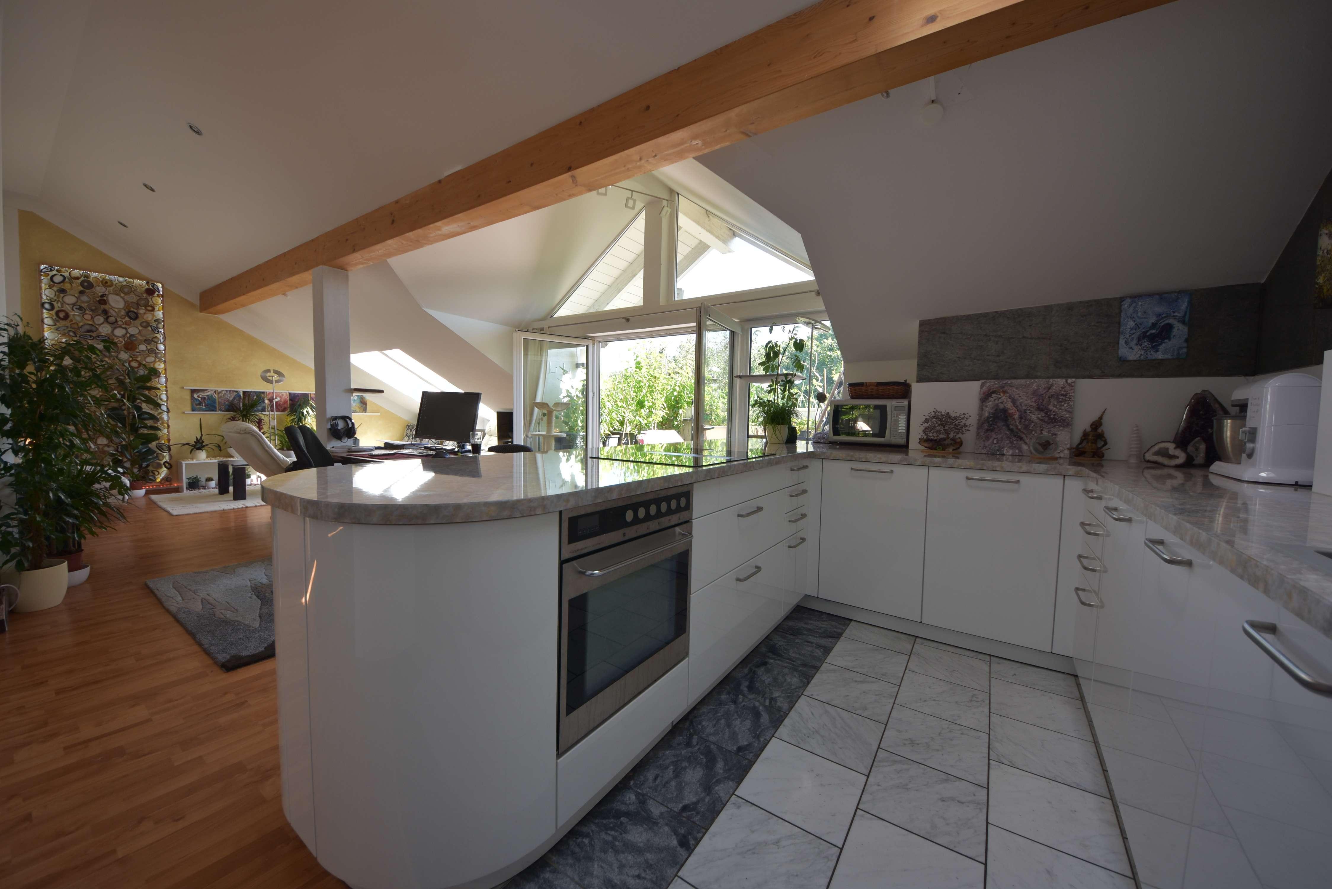offen geschnittene Dachgeschosswohnung ( Küche im Mietpreis enthalten ) mit großer Terrasse