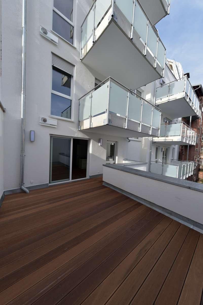 Traum am Stadtpark: Hochwertige 2-Zi Wohnung mit 22qm Dachterrasse für den anspruchsvollen Single in Stadtpark / Stadtgrenze (Fürth)
