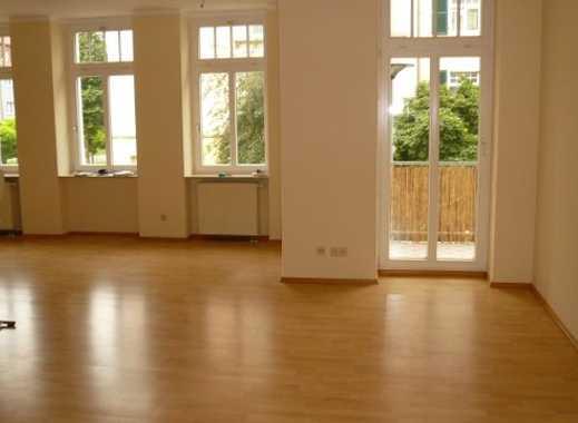 gepflegte 4 Zimmer Wg. Nahe Stadtzentrum, Wohnzimmer mit moderner Einbauküche, 2 Balkone