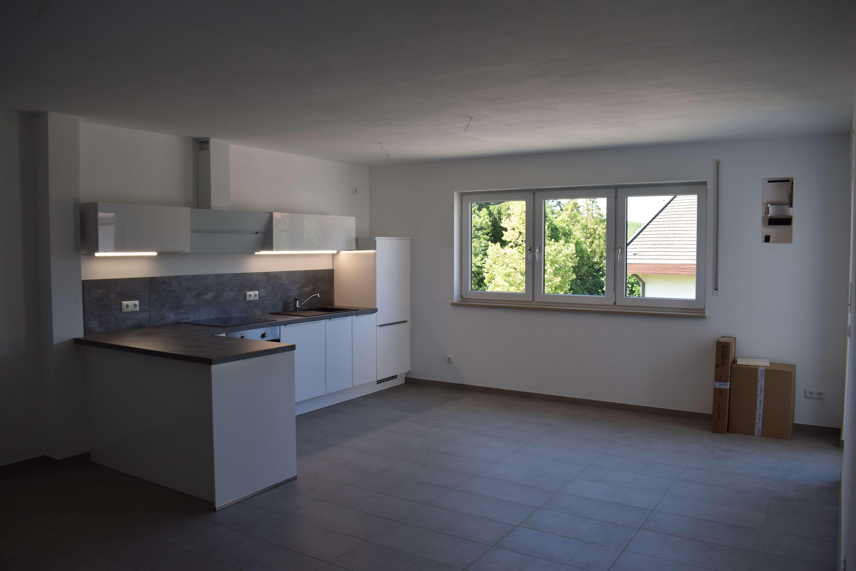 Erstbezug! Praktischer Grundriss mit hochwertiger Einbauküche, Balkon und 2 Stellplätzen! Noch verfü