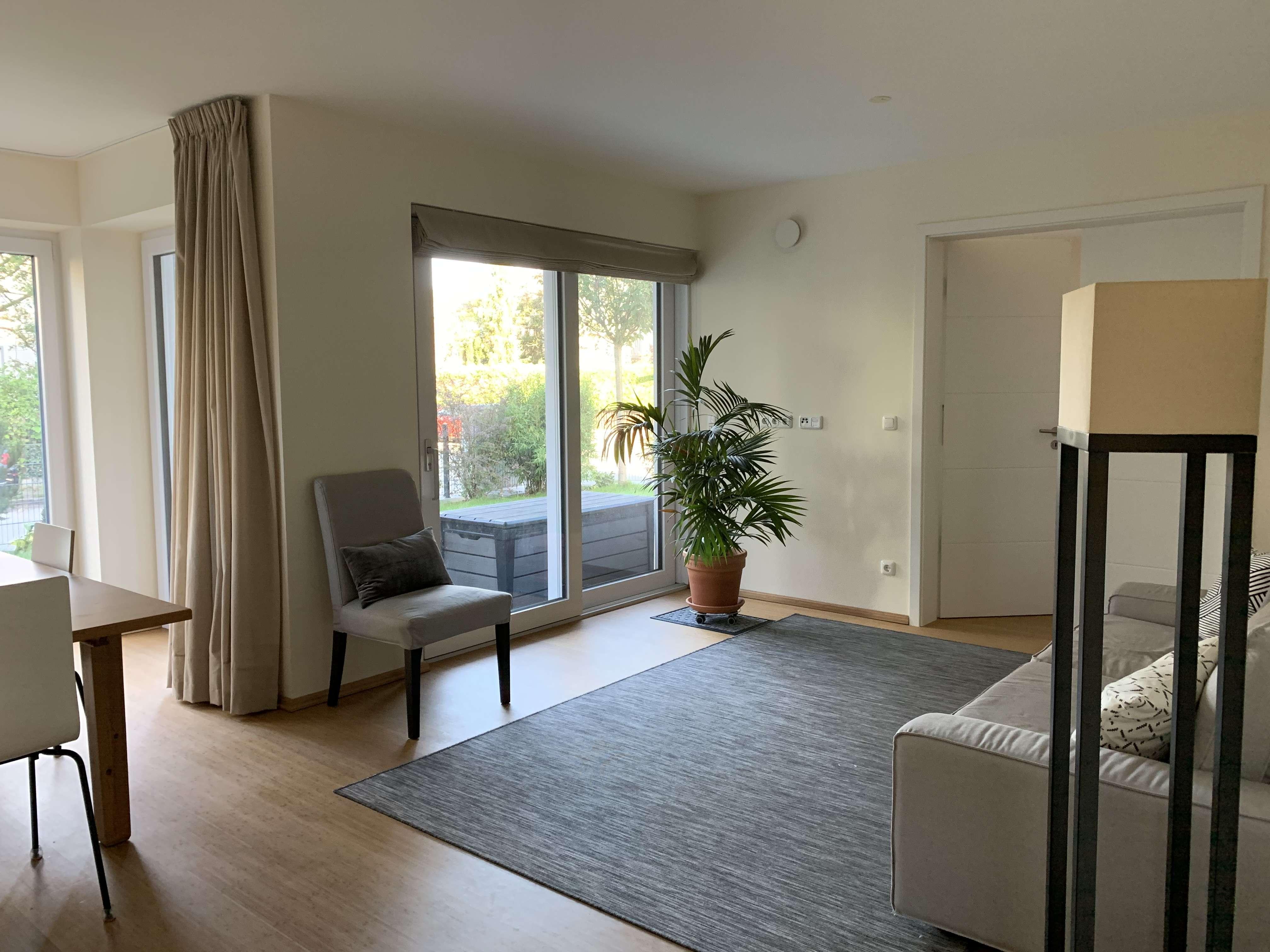 Neuwertige 5-Zimmer-EG-Wohnung mit Terrasse und Einbauküche in Obermenzing, München in Obermenzing (München)