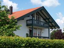 Stilvolle, sonnendurchflutete 4-Zimmer-Wohnung mit drei Balkonen in Holzkirchen in