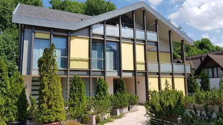 Ein Glücksfall! Zentral und dennoch ruhig: 4-Zi-Maisonette-Wohnung mit Balkon und EBK in Gröbenzell in Gröbenzell
