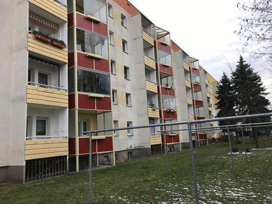 2 Zimmer... Balkon... grünes Umfeld... PASST!