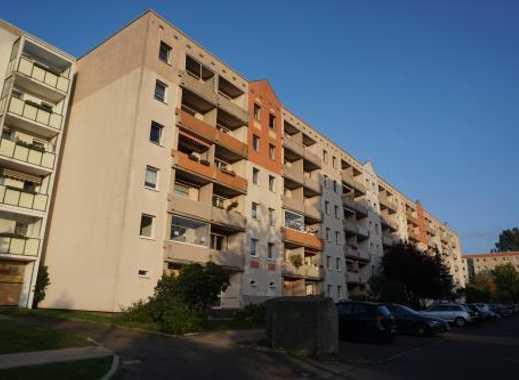 6.3% Rendite - Frisch renoviert + vermietet: 3-Raum-ETW mit verglastem Balkon und Stellplatz in HGW