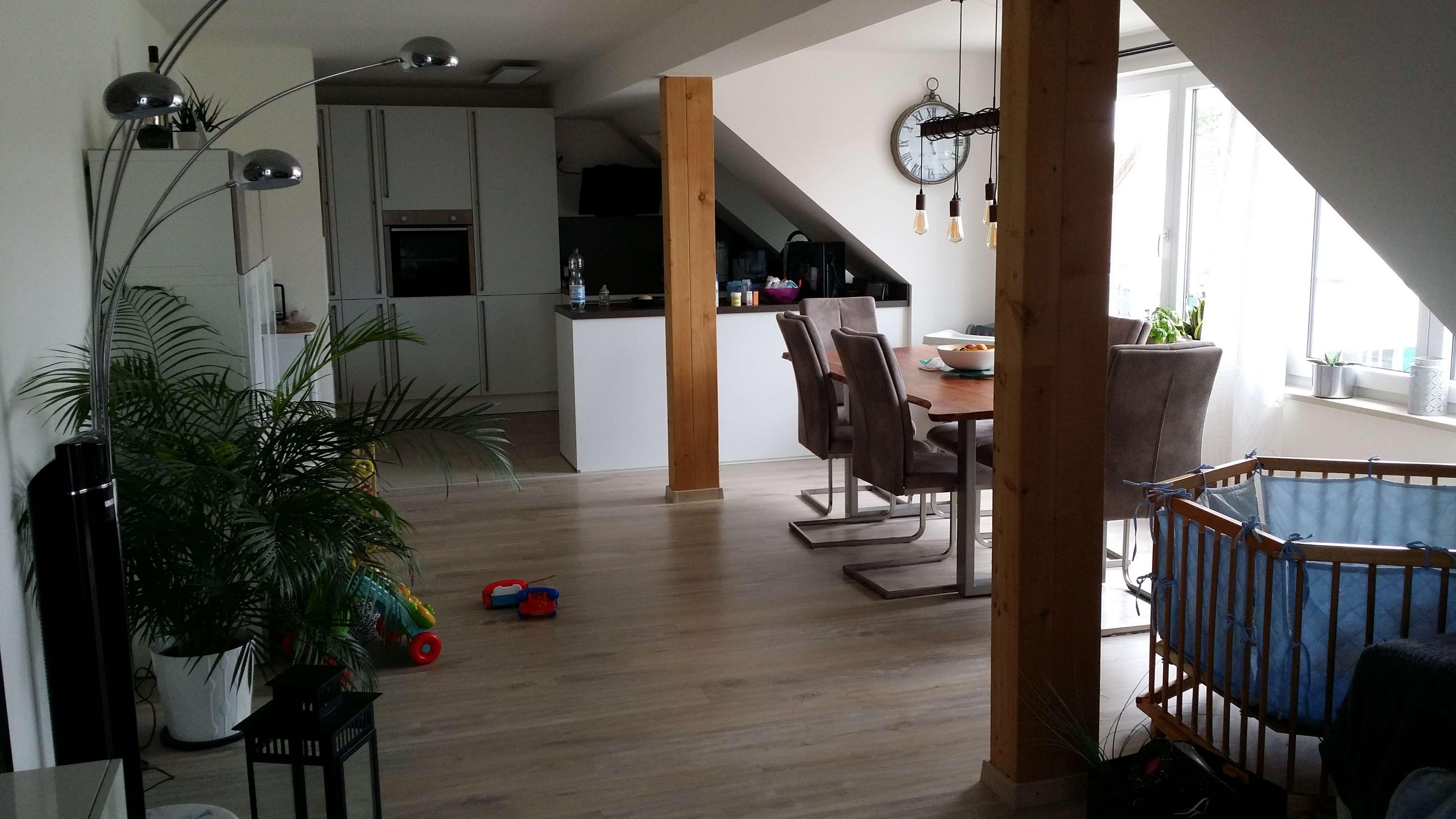 Neuwertige DG-Wohnung mit vier Zimmern und EBK in Weil-Schwabhausen in