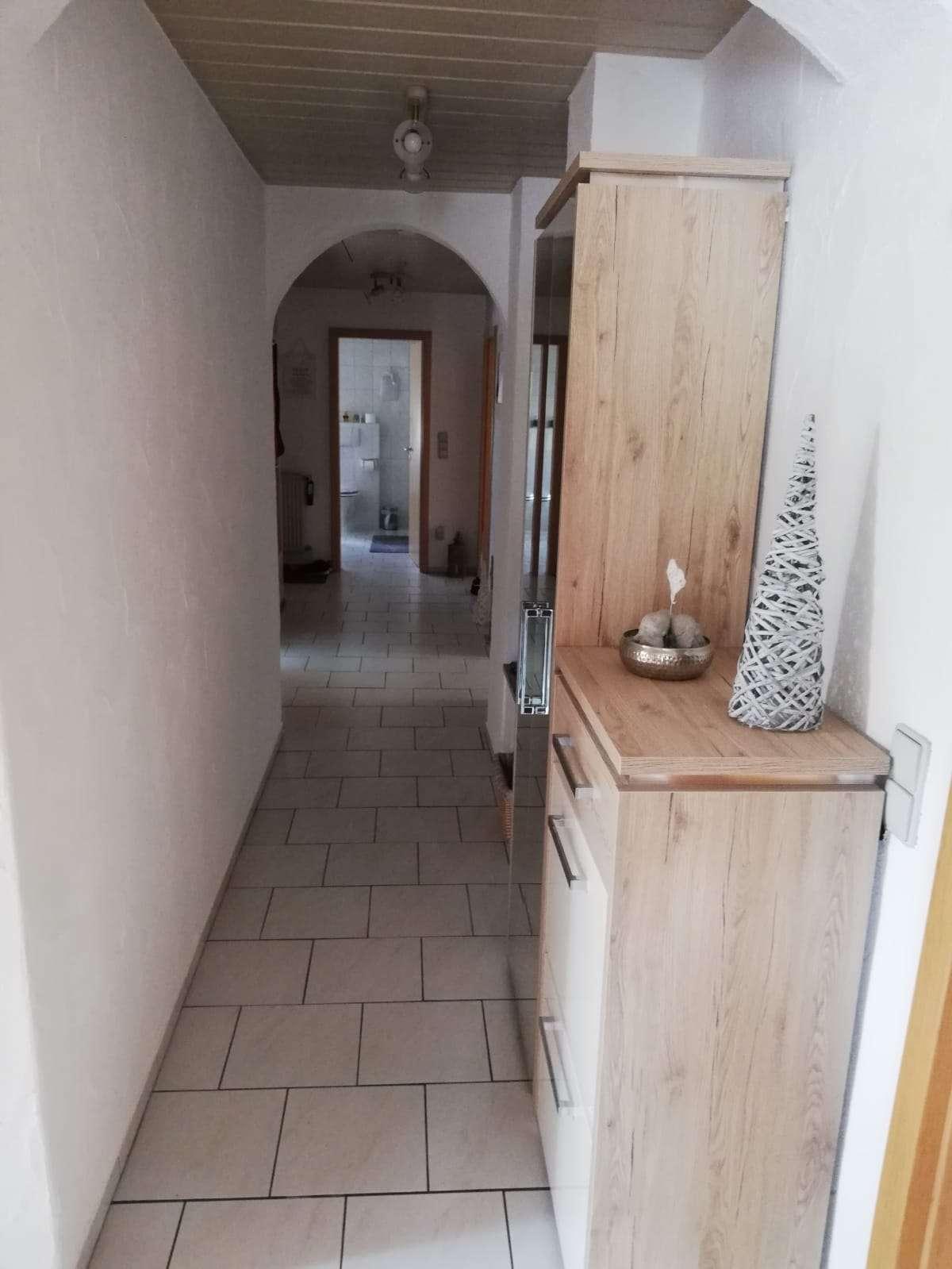 Günstige, neuwertige 6-Zimmer-Dachgeschosswohnung mit Balkon und Einbauküche in Collenberg in