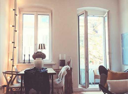 Sonnendurchflutete, sanierte 2-Zimmer-Wohnung mit Balkon und EBK in Charlottenburg