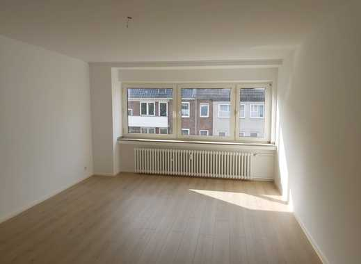 Helle renovierte 3 Zimmerwohnung mit großem Balkon in ruhiger Seitenstraße.