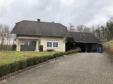 Modernes Wohnhaus mit landwirtschaftlichem Anwesen