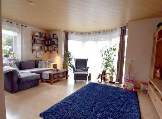 Neuwertiges 4-Zimmer-Einfamilienhaus mit Einbauküche, Kamin, Carport und Garage.
