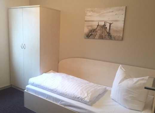 1 von 10 Zi. im EG/oder 1. OG mit sep. Dusche (ca. 14 m²) in Bürohaus, Gemeinsch.küche, Stellpl., mö