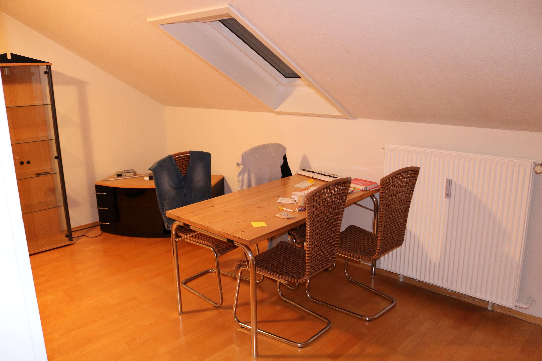Gepflegte 1,5-Zimmer-DG-Wohnung mit Einbauküche in Trudering / München