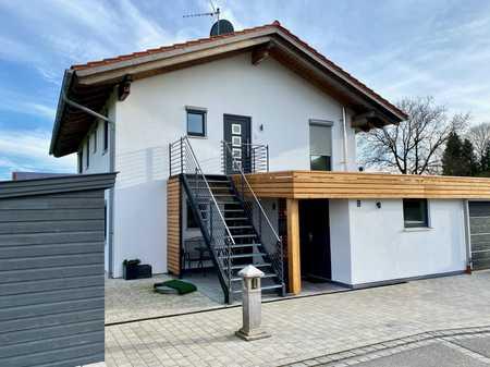 Neuwertige Wohnung mit drei Zimmern sowie Balkon und EBK in Eiselfing in Eiselfing