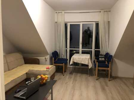 Gepflegte Dachgeschosswohnung mit einem Zimmer und Einbauküche in Hohenroth in Hohenroth