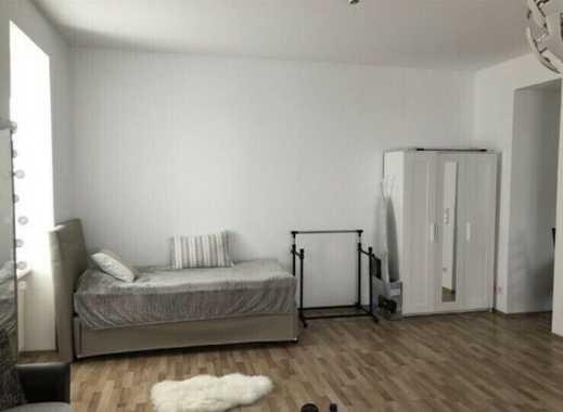 Möblierte, stillvolle und geräumige 1-Zimmer-Dachgeschosswohnung mit EBK in Steglitz, Berlin