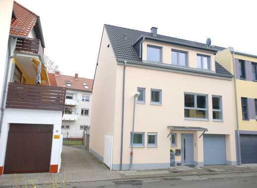 *Neues, zentral gelegenes Stadthaus mit Einliegerwohnung und Doppelgarage!*
