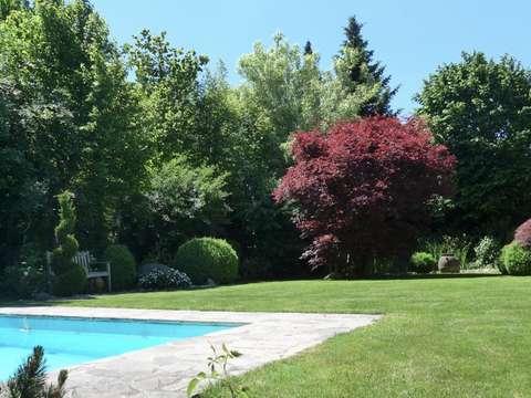 Luxuriöses Einfamilienhaus mit wunderschön angelegtem Garten, Pool ...