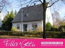 Sanierungsbedürftiges Einfamilien-Wohnhaus auf großem Grundstück